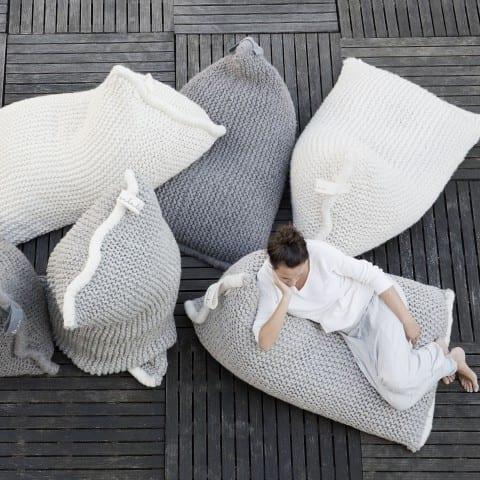 minimalistisches interieur und moderne terrassengestaltung in grau mit bodenkissen in hellgrau und weiß