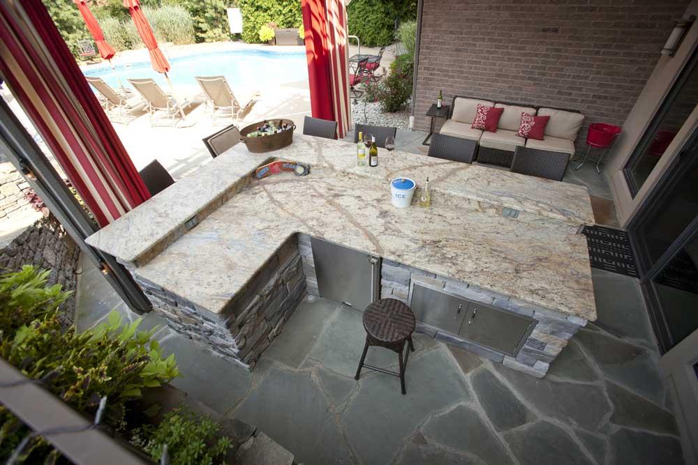überdachte terrasse mit DIY Garten-bar aus naturstein mit eingebautem kühschrank