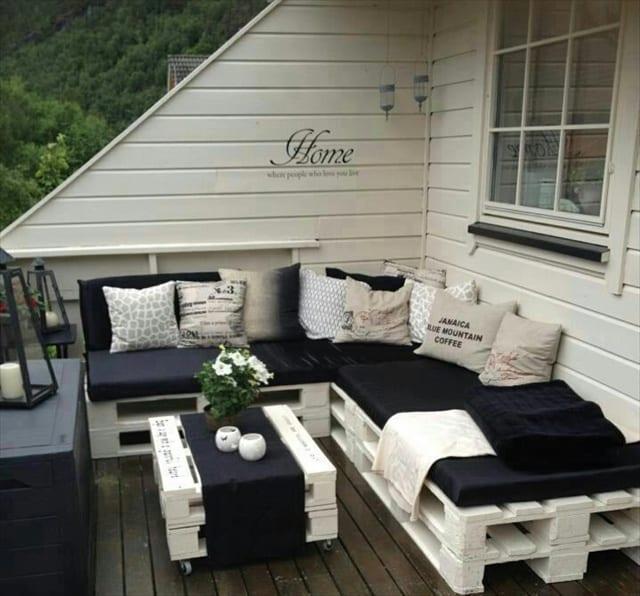 weißes ecksofa aus Europaletten mit DIY Couchtisch auf Rollen für coole terrassengestaltung mit sitzkissen schwarz