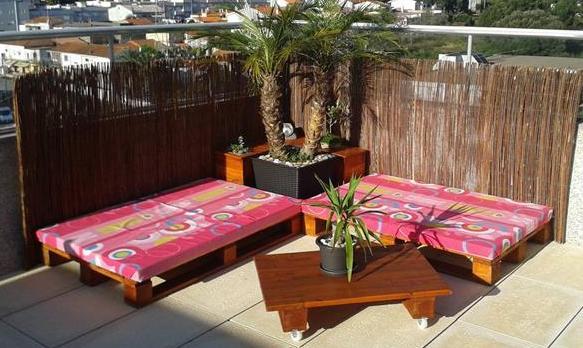 terrassengestaltung mit sichtsutz und palettenmöbel