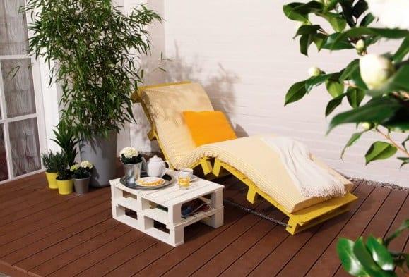 terrasse ideen für terrassengestaltung mit Sonnenliege und Beistelltisch aus Paletten