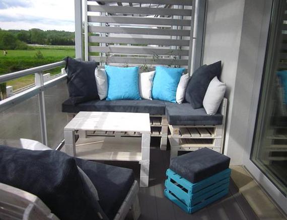 kleine terrasse ideen mit DIY Terrassenmöbel_weiße palettensofa mit schwarzen sitzkissen und blauen dekokissen dekorieren