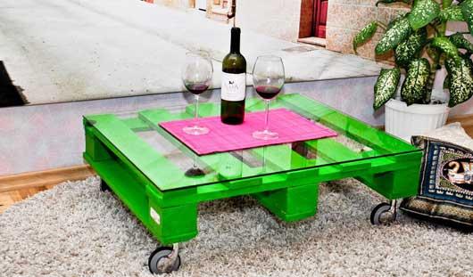 Holzterrasse modern gestalten mit teppich und kissen und DIY couchtisch auf rollen mit glastischplatte