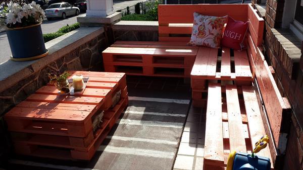 terrassen gestalten mit Palettenmöbel in orange_DIY Ecksofa und Couchtisch aus Europaletten