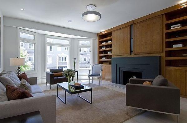 coole wandgestaltung mit kamin und wohnwand_modernes interior mit polster seats and sofa beige