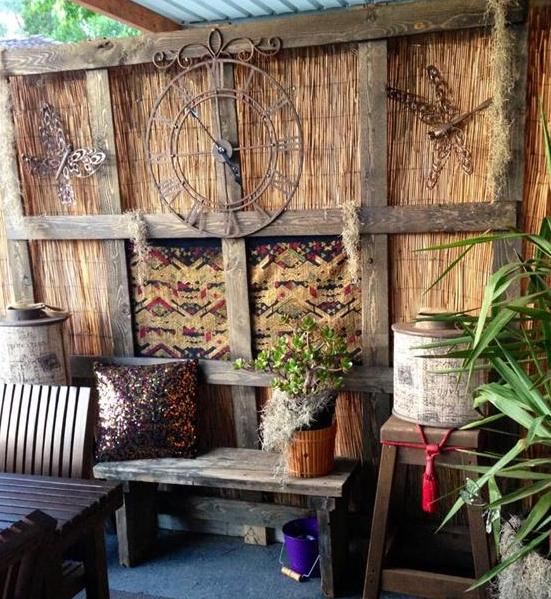 coole Idee terrasse mit gartenwand aus holz und kreative wanddeko mit Wanduhr