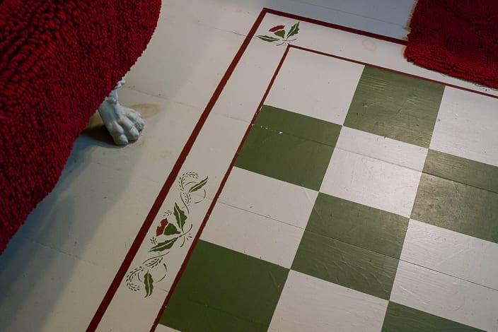 coole idee zum boden streichen in weiß und grün mit blumenmotiv und rote rahmen