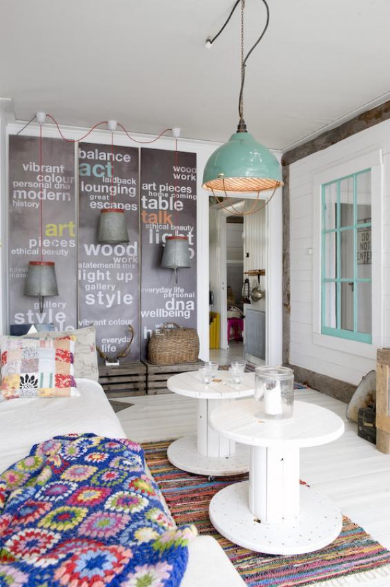 wohnzimmer interior design mit wanddeko aus schwarztafeln und DIY Palettenmäbeln_wand streichen idee in weiß und hellblau