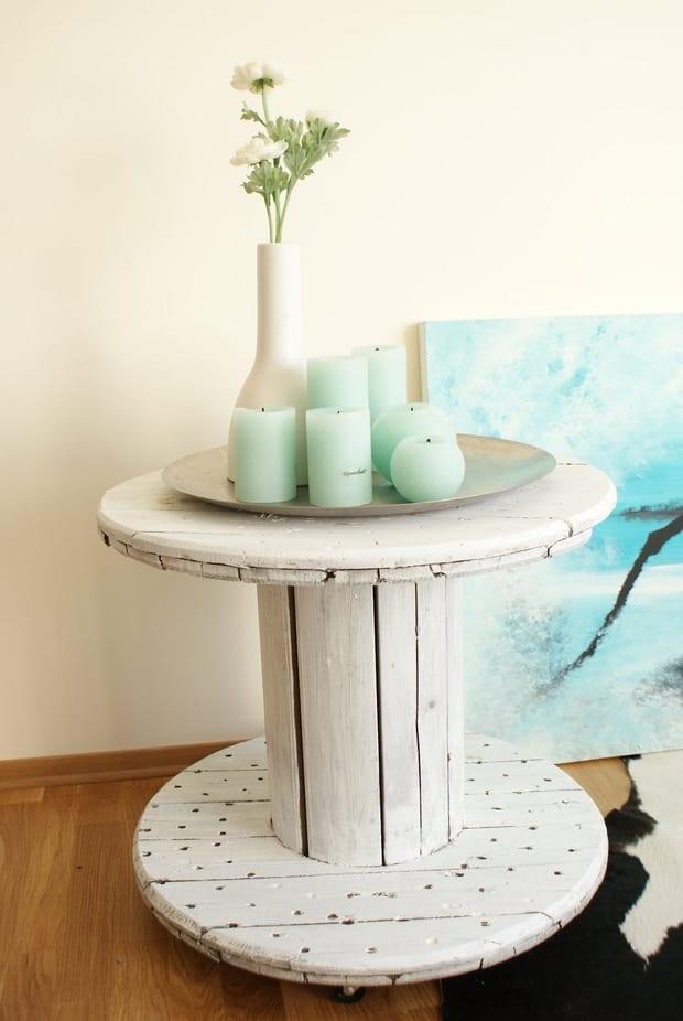 DIY beistelltisch holz in weiß gestrichen und mit blauen kerzen dekorieren