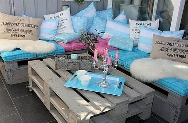 kleine terrasse modern gestalten mit DIY Couchtisch und Ecksofa aus Europaletten in weiß und blauen Sitzkissen