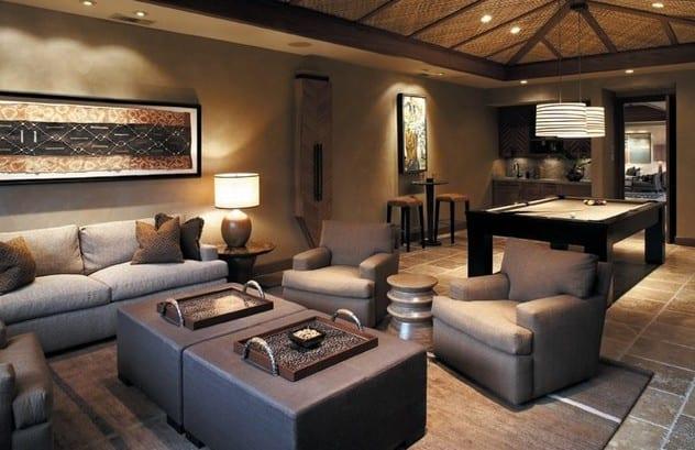 moderne wohnzimmer mit wandfarbe grau und coole wanddeko und modernen grauen Lederhockertisch