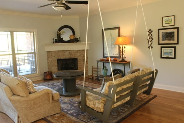 DIY Wohnzimmermöbel aus Holz in grau streichen