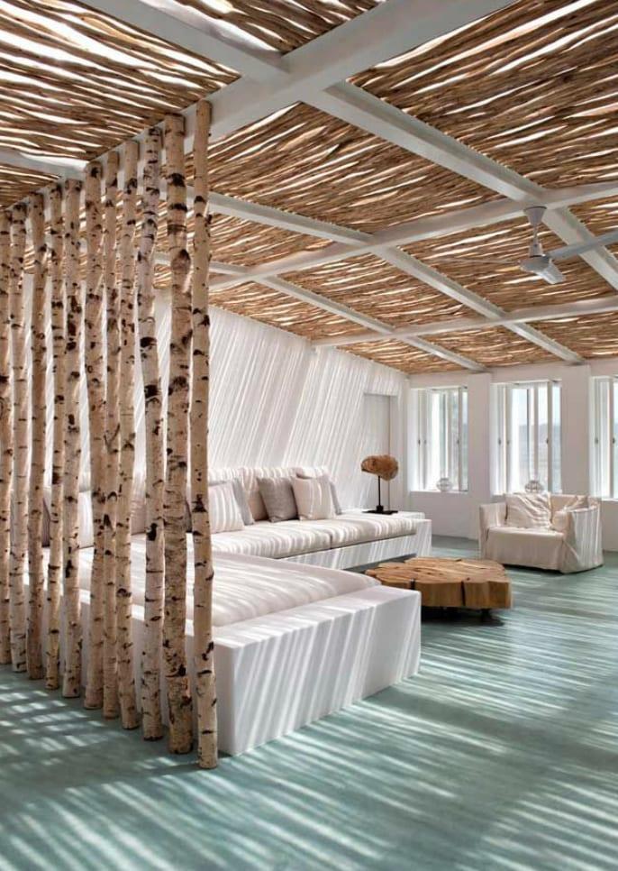 coole wohnzimmer inspiration mit eingemauerter sitzecke weiß und Überdachung aus Metalkonstruktion weiß und Holzstäben als gecjengestaltung und licht idee wohnzimmer