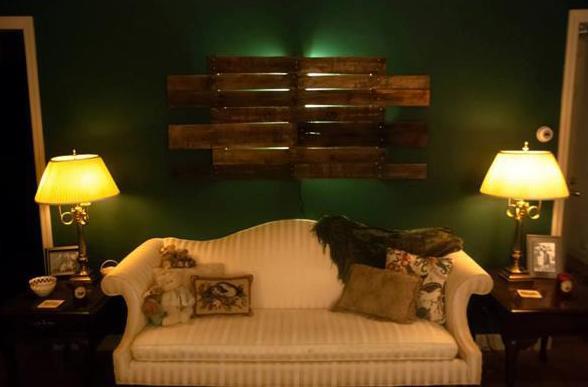Wandfarbe grün als wand streichen idee wohnzimmer und coole wandgestaltung mit DIY Wandlampe aus Paletten
