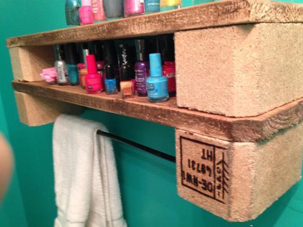 coole idee für Wandregal im Badezimmer aus paletten mit tuchhalter