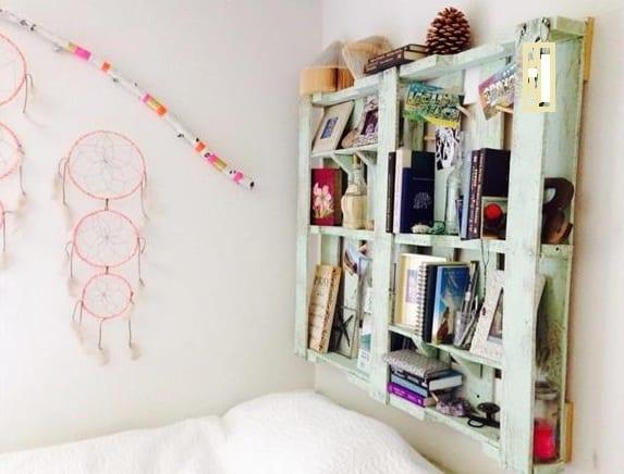 dekoidee schlafzimmer mit DIY Wandregal aus Europaletten weiß und traumfänger