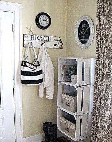wohnidee flur mit DIY Wandregal aus weißen holzkisten und rustikalem hänger