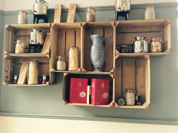 DIY Wandregale aus holzkisten_coole bastelidee für Wanddeko in der küche
