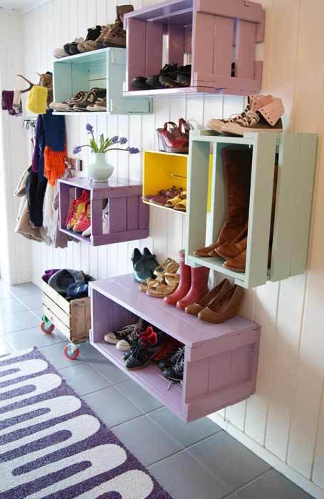 Einrichtungsidee flur mit DIY Schuhschrank für die wand aus Holzkisten in lila und hellblau