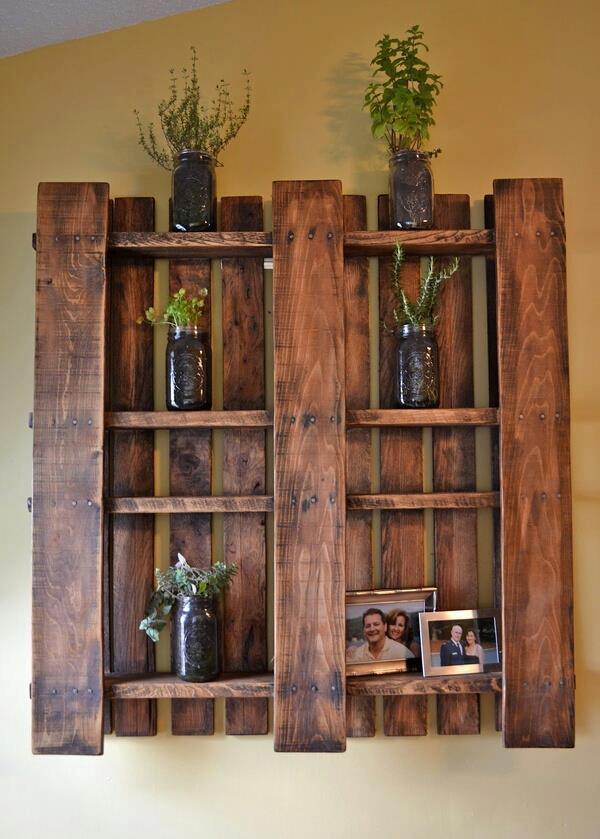 wanddeko idee mit Paletten-regal und DIY Pflanzenhalter aus Glas