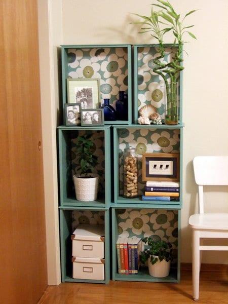 kreative bastelidee für DIY Wandregal aus Holzkisten mit Tapete dekorieren und in hellblau streichen