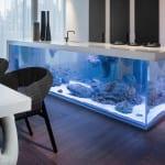 moderne und minimalistische küche mit Aquarium-Kochinsel in weiß und moderner esstisch weiß