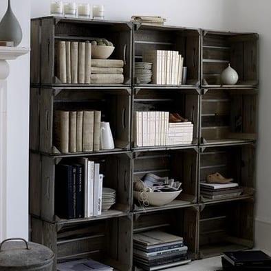 rustikale wohnwand aus holzkisten selber basteln_coole idee für DIY Wandregalen Wohnzimmer
