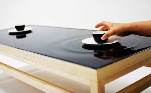 moderner couchtisch holz mit wasseroberfläche für minimalistisches interieur und moderne wohnzimmereinrichtung