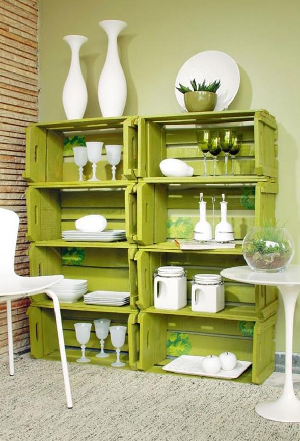 moderne wohnzimmer einrichtung mit diy Wandregal aus paletten in grün mit weißen Dekorationsgegenständen