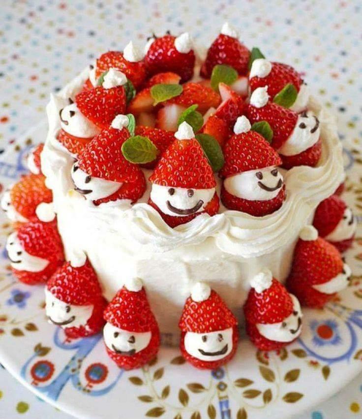 kreative torte-dekoration mit erdbeeren