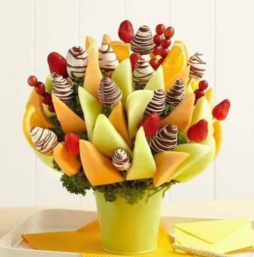 DIY Früchtenstraus aus melone und schokolade-erdbeeren für sommerpartys und kindergeburtstage
