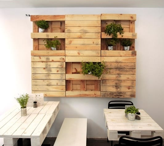 kreative wandgestaltung mit DIY Wandregalen und DIY Planzenkisten aus paletten als einrichtungsidee küche