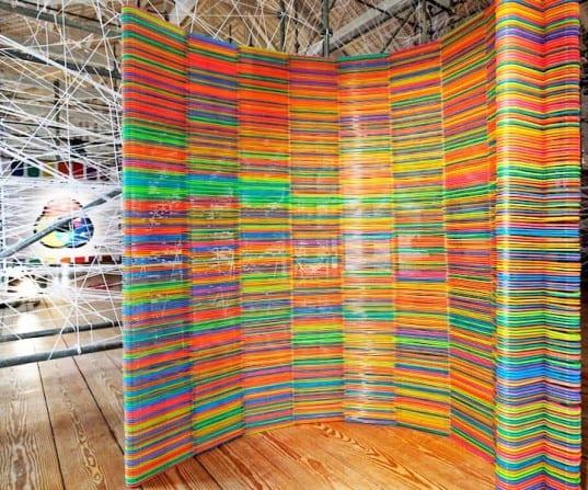Raumteiler selber bauen aus Kleiderbügeln verschiedener Farben