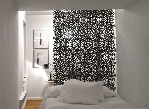 kleine schlafzimmer inspiration für dezente raumtrennung mit schwarzem hänge-raumteiler als Vorhang