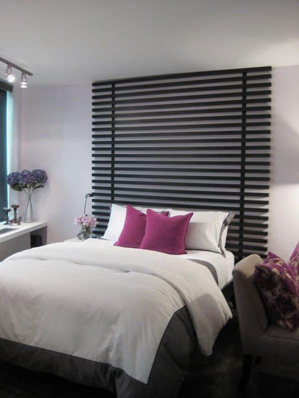 kleine schlafzimmer einrichtung in schwarz und weiß mit coole fensterbank deko und bettdeko mit lila kissen