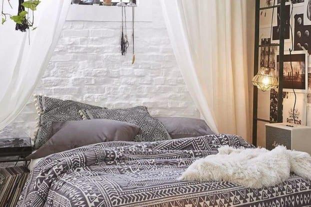 kleine schlafzimmer gestaltung mit weißer ziegelwand und gardine und wanddeko idee mit fotos