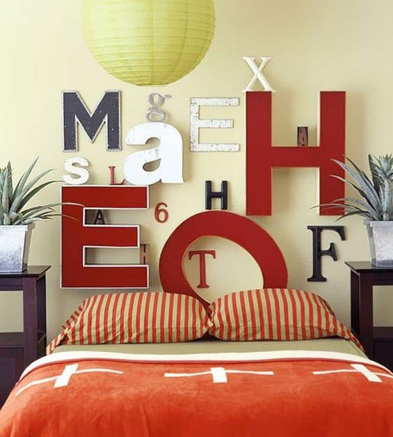 moderne schlafzimmer mit wandfarbe grün und nachttische holz mit pflanzen dekoration