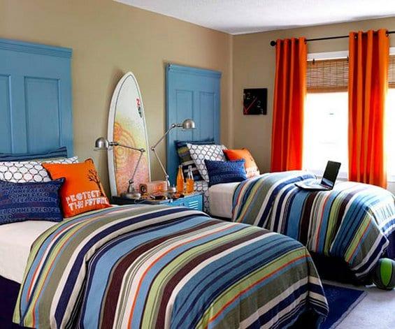 jugendzimmer einrichtung mit DIY kopfteilen blau und orange gardinen als akzent zur blauen bettwäsche mit streifenmuster