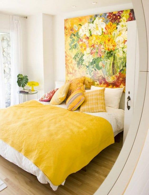 runder spiegel im schlagzimmer weiß mit bild-wanddeko und bett dekorieren mit gelben kissen und bettdecke gelb