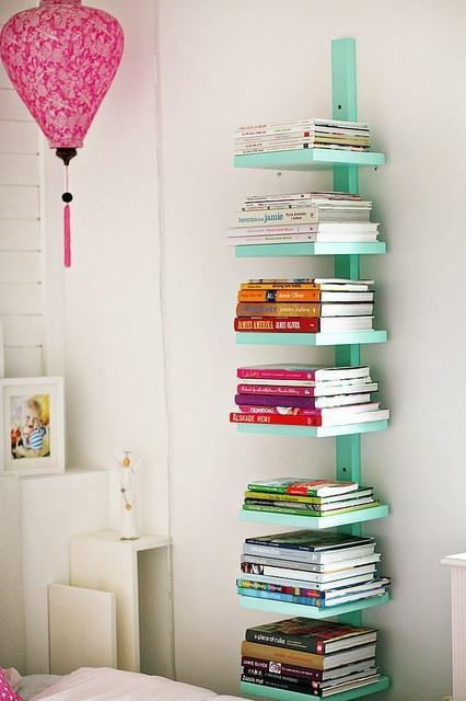 wanddeko mit DIY Bücheregal in hellblau