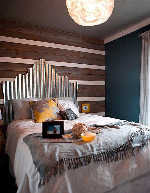 kleine schlafzimmer mit dachschräge modern einrichten und bett dekorieren mit grauer bettdecke und kopfkissen gelb