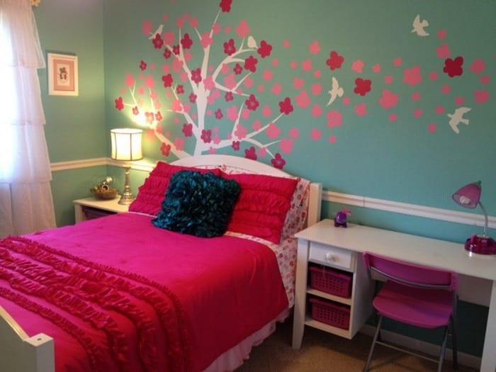 Kinderzimmer Gestaltung Mit Blaue Wänden Und Rosafarbigen Möbel Und  Bettwäsche