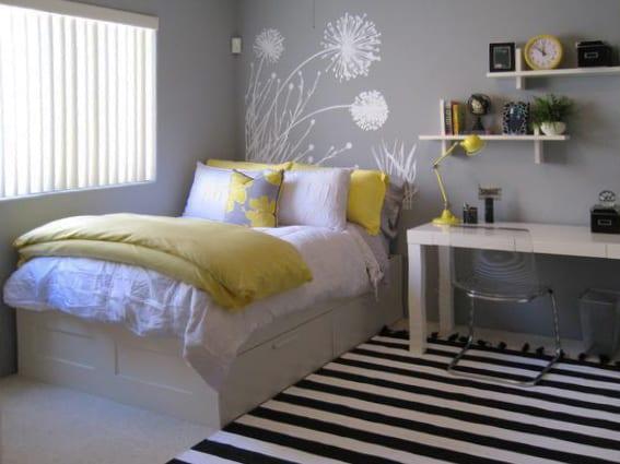 jugendzimmer gestaltung mit Ikea Bett weiß und schreibtisch weiß_wanddeko idee mit weißen ikea-Regalen und teppich mit streifenmotiv in weiß-schwarz