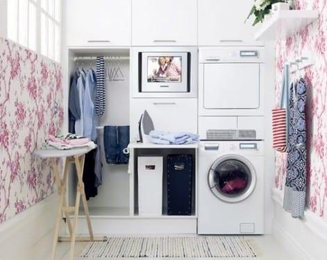 waschküche einrichtungsidee mit blumenmotiv-tapete und eingebautem wandschrank mit eingebautem fernseher