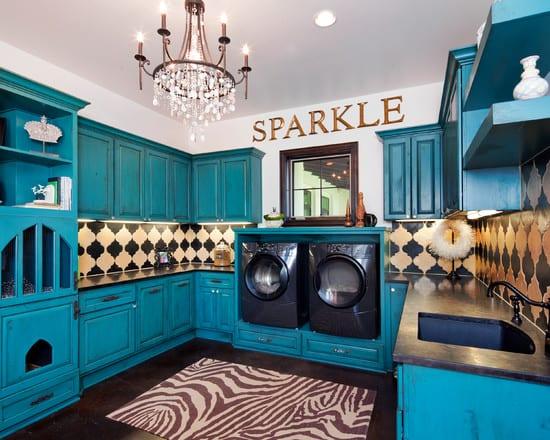 interessante einrichtungsidee küche mit blauen küchenschränken aus holz und coole wandfliesen idee