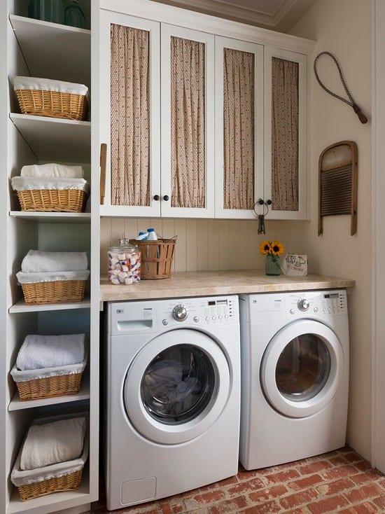 kleine waschküche einrichtungsidee für platzsparende aufbewahrung mit wandregal und weidenkörben