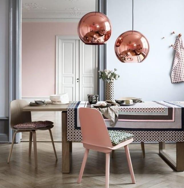 interessante farbgestaltung wohnzimmer mit wandfarbe hellgrau und dekoration in hellrosa