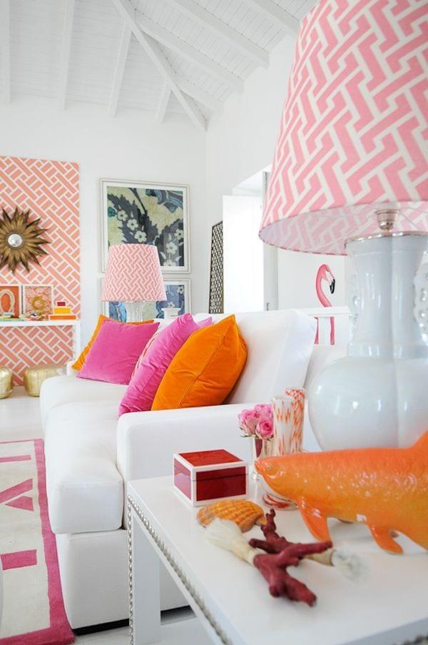 moderne wohnzimmer inspiration für frische farbgestaltung in rosa und orange mit weißen möbeln