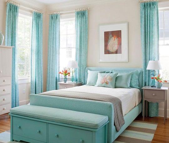 moderne schlafzimmer blau mit blauen gardinen und bett mit sitzbank in hellblau_holzboden mit streifen teppich in grau und blau
