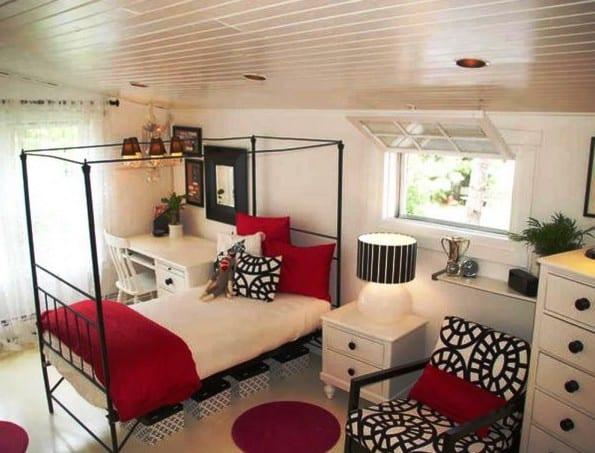 moderne jugendzimmer einrichtung mit metallbettgestell schwarz und coole holzschrönke weiß mit schwarzen griffen und runden teppiche rot